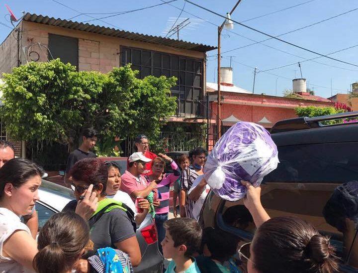 Entrega de donativo mano a mano… voluntario con damnificado